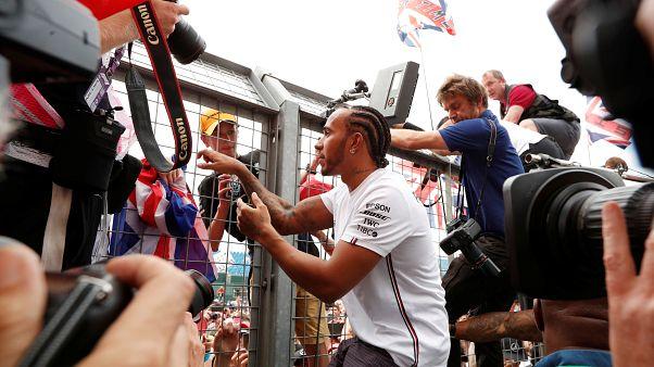 Hamilton triunfa em Silverstone