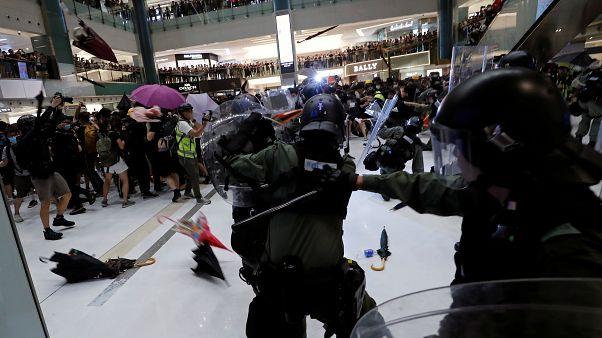 رمى المحتجون عناصر شرطة مكافحة الشغب بالمظلات في هونغ كونغ