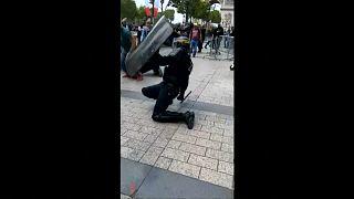 شرطي فرنسي من عناصر مكافحة الشغب في مواجهة مع محتجين اعتدوا عليه