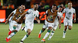 محرز محتفلاً مع لاعبي المنتخب الجزائري بهدف الفوز
