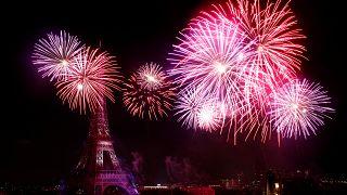 """Un momento """"pirotecnico"""" dei fuochi d'artificio del 14 luglio 2019 a Parigi. Al buio, s'intravede la Tour Eiffel."""