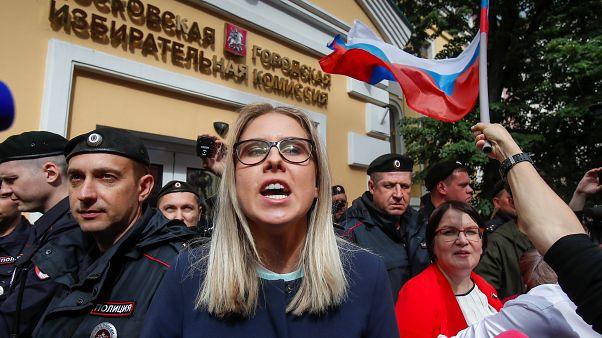 Una delle leader dell'opposizione, Liubov Sobol, protesta davanti alla Commissione elettorale di Mosca.