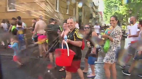Ezerféle vízi pisztoly Madrid utcáin