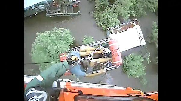 """شاهد: عملية إنقاذ رجل سبعيني وكلبه من فيضانات """"باري"""" في الولايات المتحدة"""