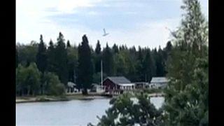 Un fermo immagine del piccolo aereo mentre sta precipitando.