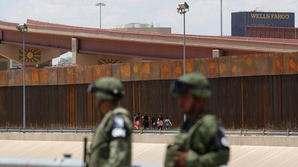 أمريكا تبدأ عمليات اعتقال أسر المهاجرين الذين لايحملون وثائق كتطبيق لخطة ترامب