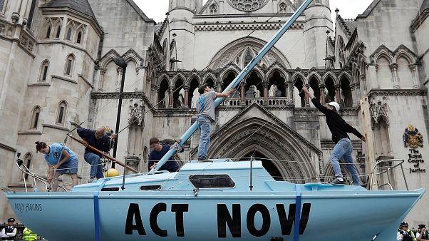 El barco frente a los Reales Tribunales de Justicia de Londres