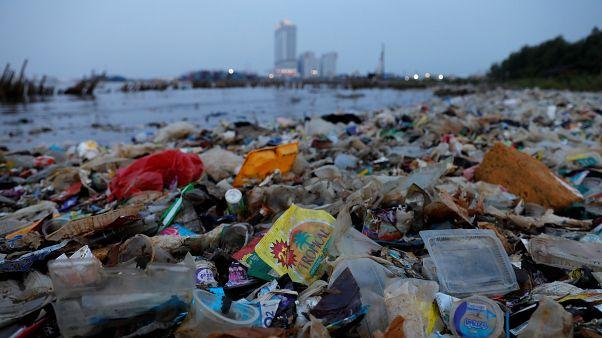 Mankenlerden çevre kirliliği tepkisi: Podyumda plastik çöple yürüdüler