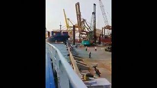 Containerschiff rammt Kran und bringt ihn zum Einsturz