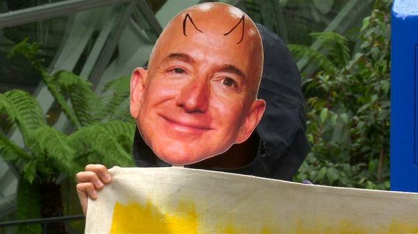 Jeff Bezos nel mirino: raffigurato sotto forma di diavolo.