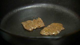 قريباً في الأسواق.. شرائح لحم منتجة في المختبر حفاظاً على البيئة
