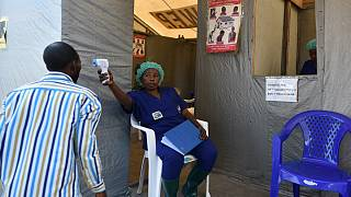 Pessoal médico realiza testes de despistagem de ébola no hospital de Goma