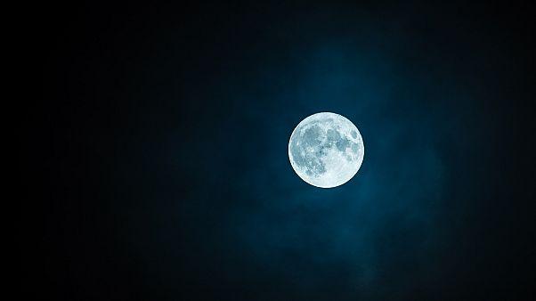 أبحاث جديدة قد تجيب عن تساؤلات العلماء حول نشأة الأرض تحت سطح القمر