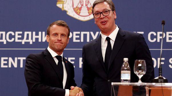 El presidente francés, Emmanuel Macron, y el presidente serbio, Aleksandar Vucic, se dan la mano tras una conferencia de prensa conjunta en el edificio del Palacio de Serbia