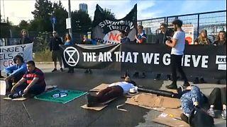 نشطاء مدافعون عن المناخ من جماعة (اكستنشن ريبيليون) يعطلون عمل شركة لندن كونكريت