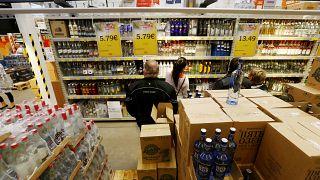 Una tienda de alcohol en Ainazi, Letonia, el 4 de julio de 2019 - REUTERS/Ints Kalnins