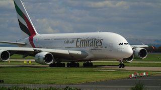"""""""طيران الإمارات"""" تتراجع عن قرار تعليق كافة رحلاتها وتبقي على 13 وجهة"""