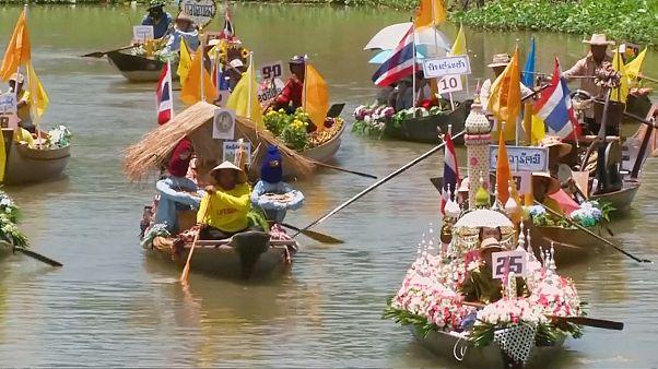 En Thaïlande, une procession bouddhiste se déroule au fil de l'eau
