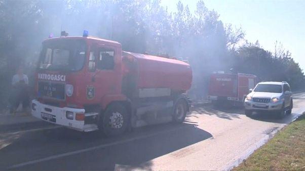 شاهد: النيران تلتهم غابة في كرواتيا بالقرب من موقع مهرجان للموسيقى
