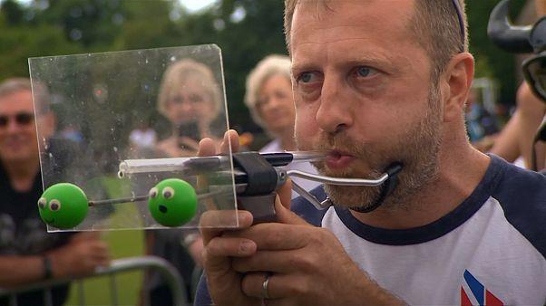 متبارون يقذفون حبات البلازلاء في بطولة قذف البازلاء العالمية