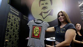"""Eine Frau mit einem T-Shirt des Labels """"El Chapo 701"""". Dieses gehört Guzmáns Tochter."""