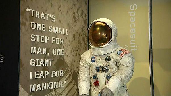 عرض بزة أرمسترونغ بمناسبة مرور 50 عاماً على رحلة أبولو 11 إلى القمر