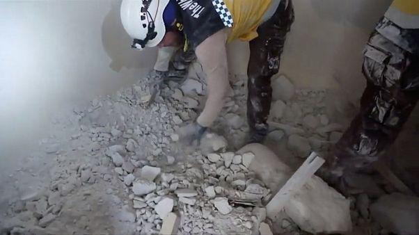 12 قتيلاً على الأقل في هجوم جوي سوري على سوق شعبي في قرية يإدلب