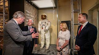 Ay'a yolculuğun 50. yılı: Neil Armstrong'un uzay giysisi 13 yıl aradan sonra müzede