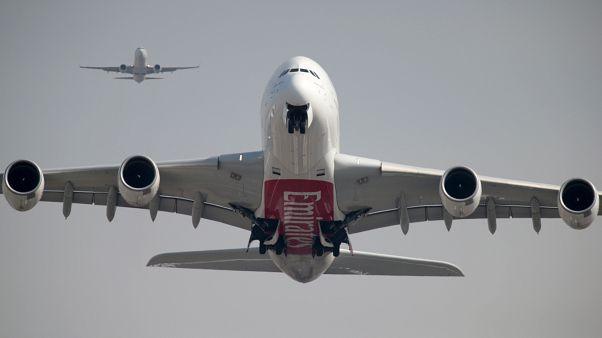 Symbolfoto: Startender A380 (vorn) und Boeing 737 (hinten)