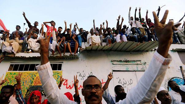 متظاهرون في شوارع الخرطوم يحتفلون بالاتفاق الموقع بين المجلس العسكري والمعارضة