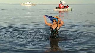 تشيليون يحتفلون بحلول فصل الشتاء بالغطس في المياه الباردة