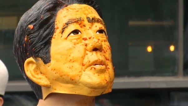 """شاهد: """"رئيس الوزراء الياباني"""" يتعرض للصفع والضرب في كوريا الجنوبية"""