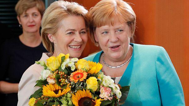 A leköszönő Ursula Von der Leyen ezzel a csokorral búcsúzott a szülinapos Merkeltől
