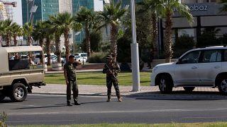 عناصر أمنية تابعة للقوات الكردية بالقرب من المطعم حيث جرى تبادل إطلاق النار