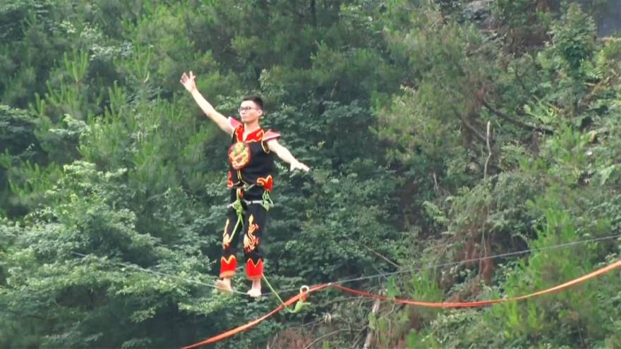 Jaw-dropping slackline show in southwest China wows audience