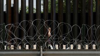 تخيير طفلة مهاجرة على الحدود الأمريكية بين والديها قبل ترحيل أحدهما