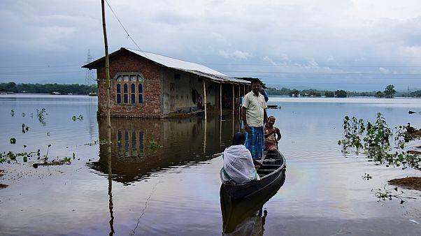 قرويون ينقلون على قارب الى مكان آمن في قرية غمرتها مياه الفيضانات في ولاية آسام في شمال شرق الهند يوم 15 تموز/يوليو 2019. تصوير: أنور هازاريكا