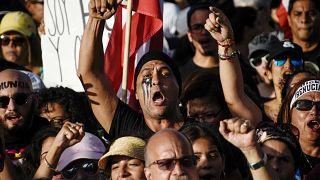 Manifestantes cantan durante el cuarto día de protesta pidiendo la renuncia del gobernador Ricardo Rosselló en San Juan, Puerto Rico Julio 16, 2019.