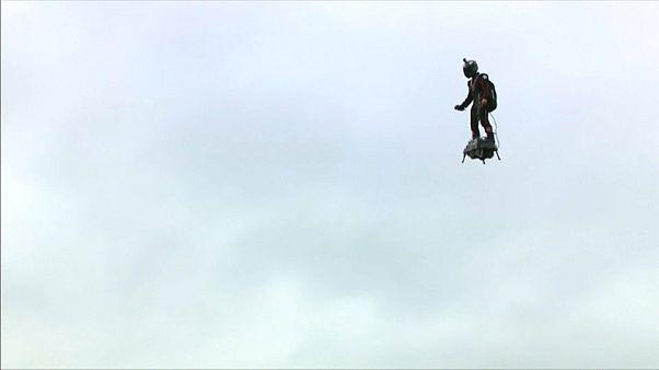 """شاهد: """"الجندي الطائر"""" يوثق لحظات تحليقه خلال الاستعراض العسكري بباريس"""