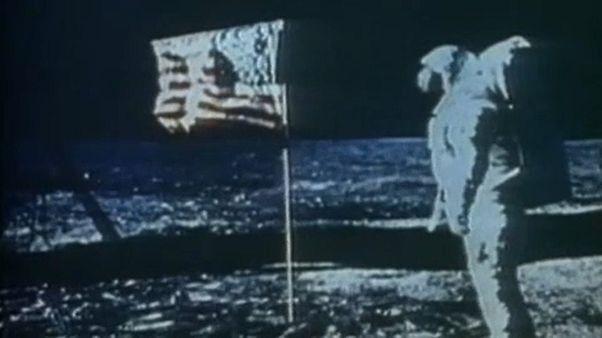 Neil Armstrong és az amerikai zászló a Holdon