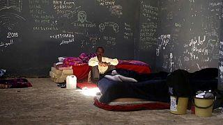مهاجر محتجز في مركز للمهاجرين في مدينة سبها الليبية.