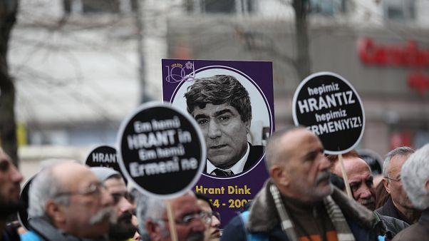 Люди держат плакаты на митинге по случаю 12-й годовщины смерти Гранта Динка (Стамбул, январь 2019 г.)