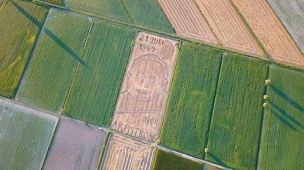 """شاهد: فنان إيطالي يرسم """"بورتريه"""" أرمسترونغ بالجرار الزراعي"""