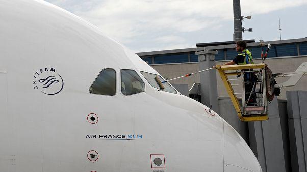 KLM provoca una polémica al pedir a las madres que se cubran para dar el pecho