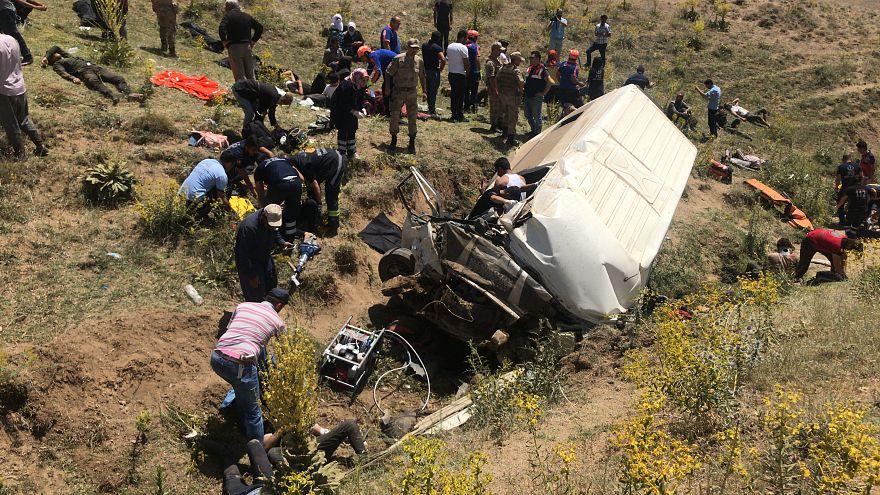 Van'da göçmenleri taşıyan minibüs kaza yaptı: En az 17 ölü