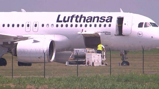 إجلاء ركاب طائرة لوفتهانزا بعد بلاغ من مجهول عن وجود قنبلة على متنها