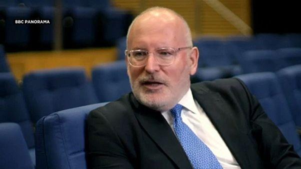 Timmermans llama idiotas a los negociadores británicos
