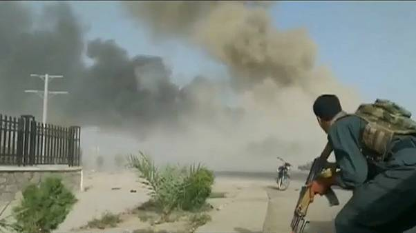 رويترز-جندي أفغاني يشتبك مع المسلحين بعد الإنفجار
