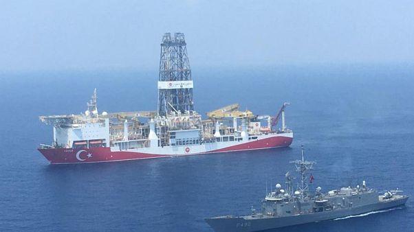 Yavuz Sondaj Gemisi ve ona refakat eden askeri gemi