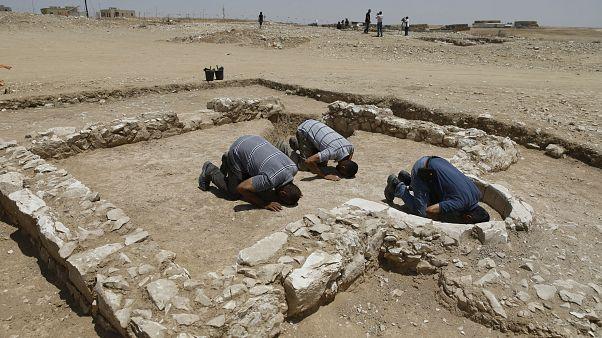 عاملون مسلمون بسلطة الآثار الإسرائيلية يصلون بمسجد اعتبر من أقدمها بالعالم اكتشف بصحراء النقب في الجنوب. تموز 2019
